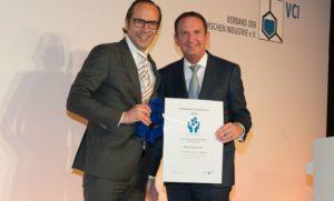 Frank Naumann (CHT Germany GmbH, Tübingen, links) und VCI-Präsident Hans Van Bylen. ©